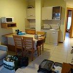 Wohnraum mit Küchenzeile, Esstisch, Mikrowelle, Schlafcouch