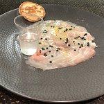 Carppacio de bar au yuzu et perles de truffe, shot d'aquavit
