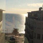 Très belle vue mer et Promenade des Anglais. Petit déjeuner copieux. Bon accueil, pas de parking