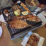 Gamberetti con marmellata di peperoncino e grigliata di pesce