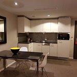 angolo cucina presente nell'appartamento dotato di stoviglie, lavostovoglie; bollitore elettrico