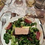 Belle assiette gasconne et une généreuse tranche de foie gras mi cuit