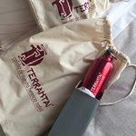 Cortesia fornecida pelo hotel logo na chegada a suíte, 2 kits de saco+bottle para os passeios