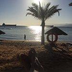 Vista do quarto do hotel e praia.