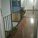 """Gang über den """"Balkon"""" von/zu den Zimmern."""