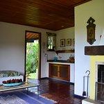 Sala e cozinha no chalé.