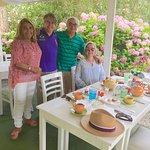 Punta del Este mágico , como el Tea Time at The Jean Paul .  El patio rodeado de Hortensias, del
