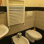salle de bains avec douche face aux wc