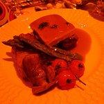 pavé de boeuf avec tranche de foie gras  asperges et gratin