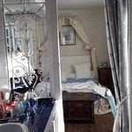 Salle de bain communicante avec douche et WC séparés, grand plan de rangement et bidet, fenêtre