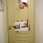 Jokaisen huoneen ovessa on taidetta