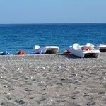 plage avec pédalos et canoes à notre disposition