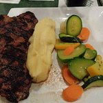 steak, mashed potatoes and vegs