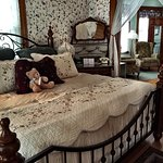 The Indepence suite in the Rose Victorian house features a king bed and fireplace