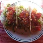 Tacos de pollo en tortilla de maíz blanco.