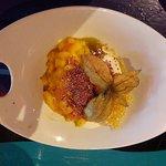 Papaya con coco y mango, yogur griego y peta zetas con galleta de amaranto.