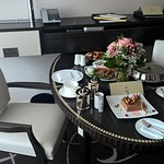 Esstisch mit Frühstück vom room service