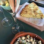 Kichererbsen mit Feta und Tortilla, dazu Cava.