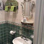 une petite partie de la salle de bain
