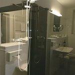 Bad mit Dusche gespiegelt in der Duschglaswand