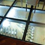 vetrata con bottiglie