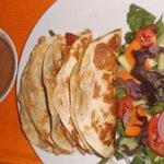 Una rica quesadilla vegetariana, con ensalada oriental