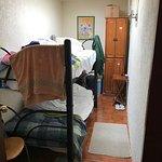 Una habitación tiene litera y mide 4.60 X 1.80 m
