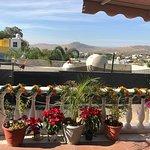 La vista desde la terraza con tinaco, tanque de gas y montañas