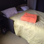 Second lit de la chambre familiale très peu confortable