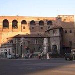 Le mura di Roma accanto a L'ARCA