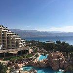 Vue de notre balcon sur la piscine, la mer, et la ville d'Aqaba au loin.