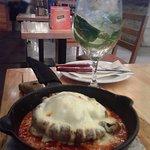 Portobello feta con queso azul y salsa pomodoro, acompañados de una soda saborizada con hierba b