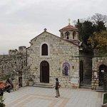 Крохотная площадка перед церковью и сама церковь