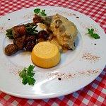 Suprême de Pintade Fermière et sa sauce crémeuse aux girolles Accompagné de ses petits légumes