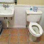 Nasszelle, mit WC-Sitz ohne Deckel (?!!!!)