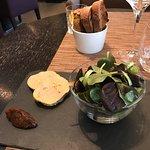 Mise en bouche, foie gras mi-cuit, filet de bœuf Simmenthal et artichauts, fondant au chocolat e
