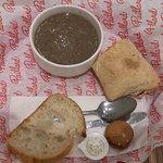 Menu del dia: sopa de champignongs, sandwich del dia con tomates secos, queso brie y lechuga.