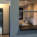 La habitación cuenta con kitchenette, microondas, cocina, heladera, etc.