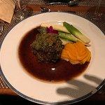 Rinderfilet mit Kräuterkruste auf Estragonjus mit grünem Spargel und Kürbis-Kartoffelpüree