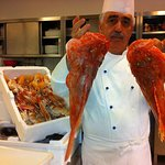 Lo chef Nazareno Fontana con il pescato del nostro mare