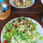 Hinten überbackene Nachos und vorne Salat mit gefüllter Nacho-Schale.