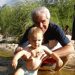 Con mi nieto menor en el rio Reartes