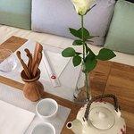 Une banquette confortable avec ses gros coussins, parfait pour se détendre en prenant un thé