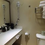 Well equipped bathroom with toiletries & full set of towels