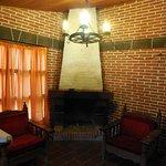 La sala de la cabaña con su chimenea