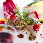 新鮮な魚介や旬の野菜を色鮮やかにアレンジ、目で楽しみ、そして舌で楽しめる料理をお届け
