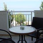 duży balkon z widokiem na morze