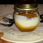 Crema de yogur casero con mermelada de mango
