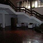 Uno de los tantos espacios con sillones que tiene el hotel al lado de los salones para convencio