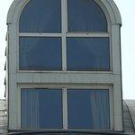 Hôtel Saint Sauveur, la fenêtre de la mezzanine vue depuis la rue Saint Joseph